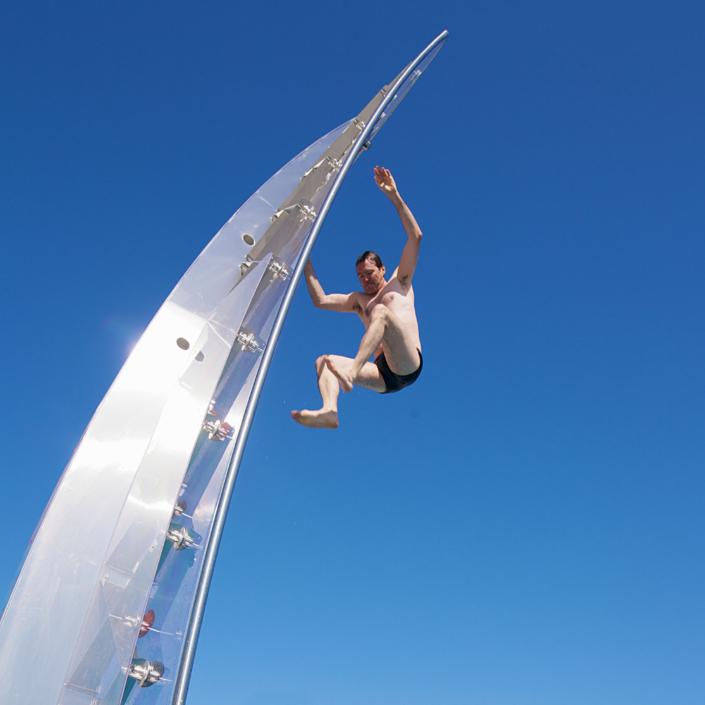 Mann springt von Schwimmbad-Kletterwand WSO 600