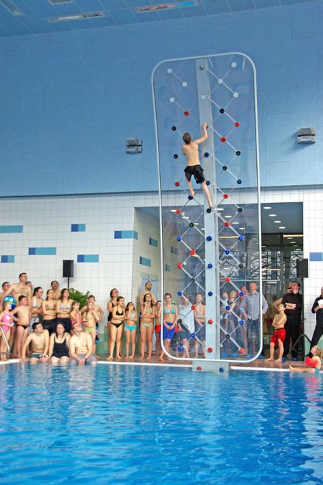 Wettbewerb im Aquamar Marburg an einer WATERCLIMBING Schwimmbad-Kletterwand