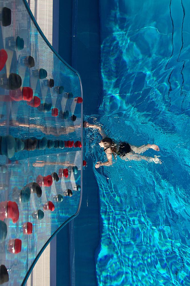 Schwimmen und Klettern an einer WATERCLIMBING Kletterwand