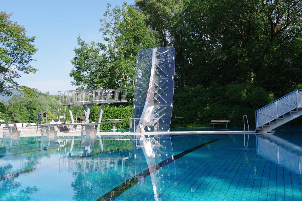 WATERCLIMBING Kletterwand in einem Freibad