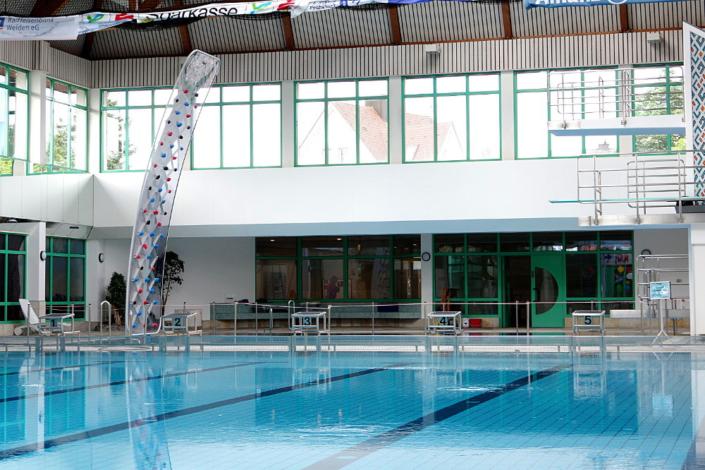 7m hohe WATERCLIMBING WSI 700 in einem Hallenbad